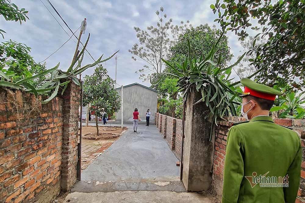 Công an chính quy về xã, xắn tay sửa nhà giúp dân ở Hà Nội