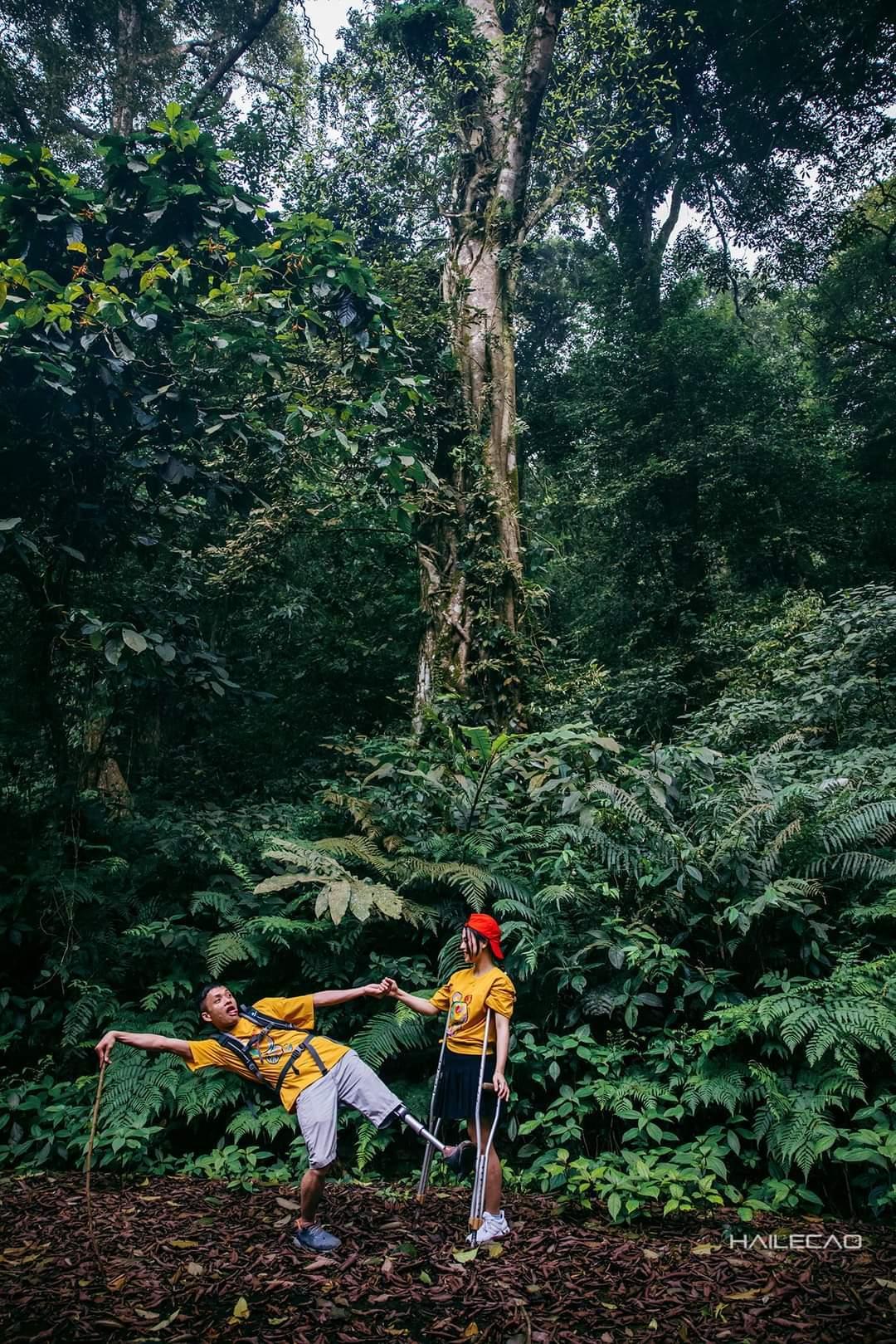 Bộ ảnh ngọt ngào của cặp vợ chồng 'lính chì' giữa núi rừng