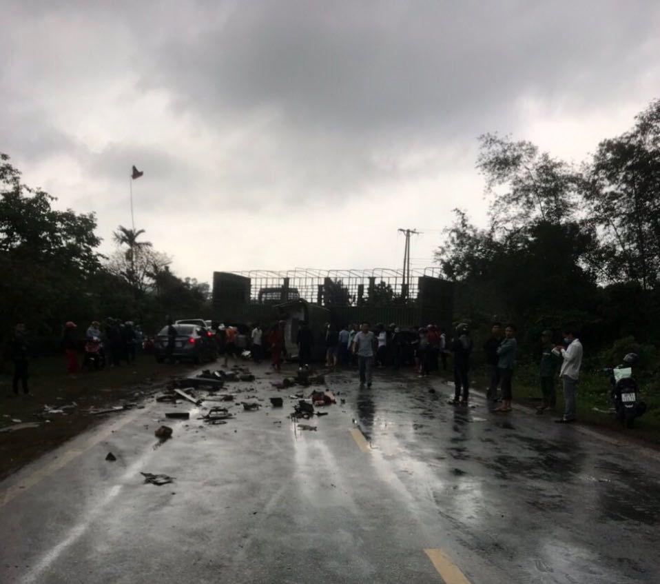 Hai xe container đấu đầu, 1 tài xế bị thương nặng, quốc lộ tắc nghẽn nhiều giờ