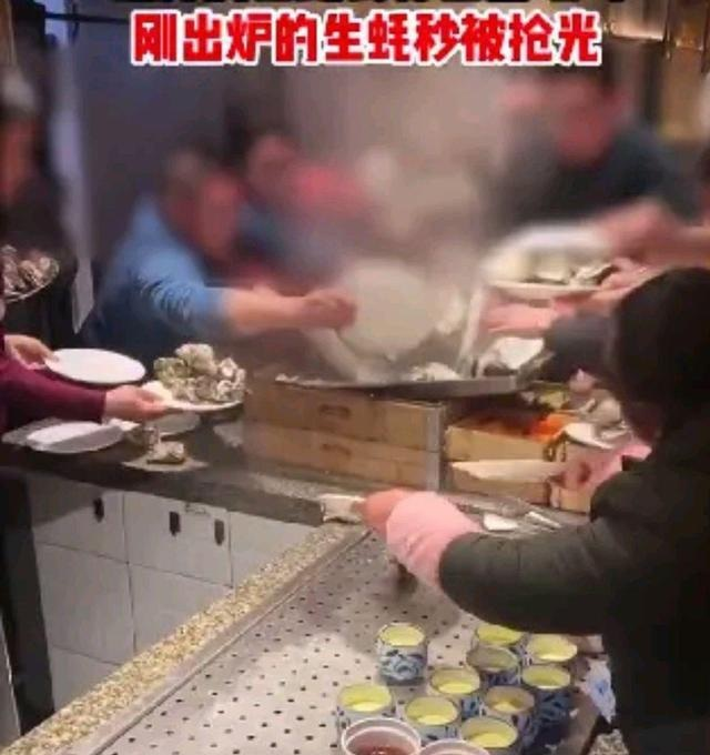 Choáng với cảnh khách Trung Quốc tranh giành đồ ăn buffet 'như đánh trận'