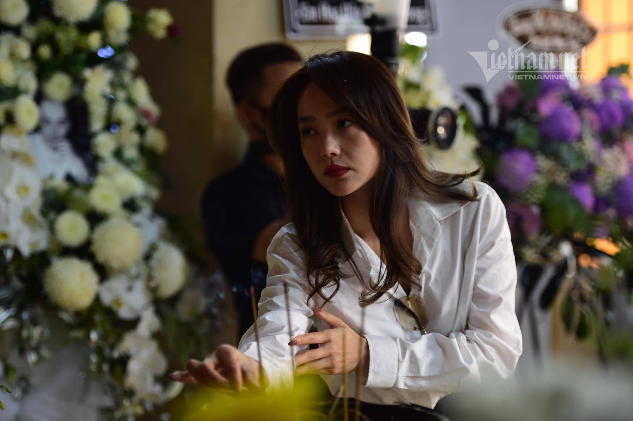 Lý Nhã Kỳ khóc gục trên vai Minh Hằng trong lễ tưởng niệm Minh Lộc