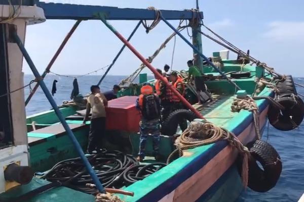 Bộ đội biên phòng nổ súng bắt tàu cá chở 3.000 lít dầu lậu