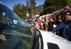Xe chở Tổng thống Argentina công du bị người biểu tình tấn công