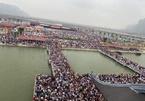 'Biển người' tại chùa Tam Chúc trong ngày cuối tuần