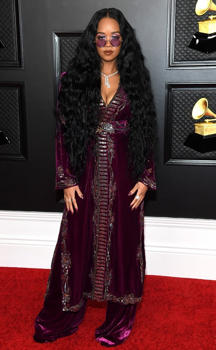 Sao quốc tế táo bạo, quyến rũ trên thảm đỏ Grammy