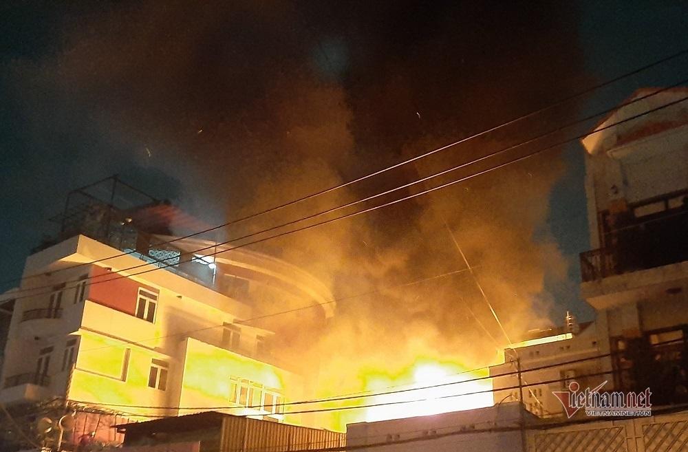 Sau tiếng nổ, cửa hàng đồ cũ ở Sài Gòn bốc cháy ngùn ngụt