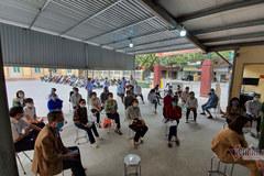 Những chiếc ghế cố định và chuyện cấp căn cước công dân ở vùng dịch Cẩm Giàng