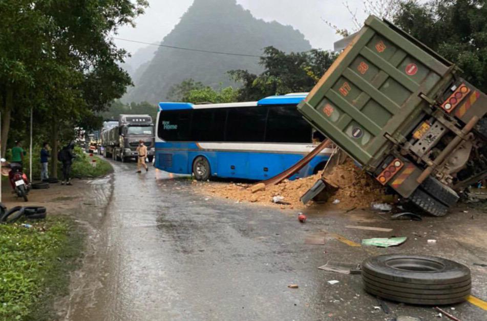 Xe khách đối đầu xe tải trên đường Hồ Chí Minh, ba người chết tại chỗ