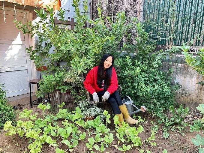 Vườn treo trên sân thượng ngập hoa trái của bà mẹ hai con ở Hà Nội