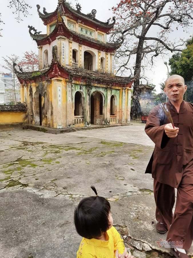 Trụ trì chùa Hưng Khánh cầm nhang đuổi bé gái, 'nhiều năm nay không thể uốn nắn'