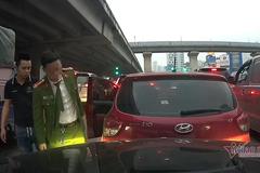 Để xe trôi, nam tài xế mặc trang phục công an xuống xe nhìn rồi bỏ đi