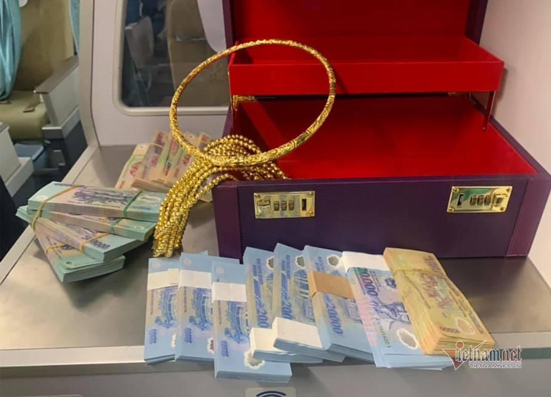 Khách bỏ quên vali có 315 triệu cùng nhiều vòng vàng trên máy bay
