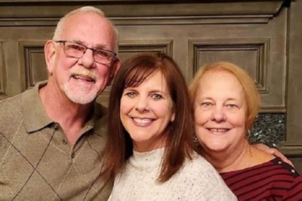 Con gái tìm lại cha mẹ ruột sau 50 năm