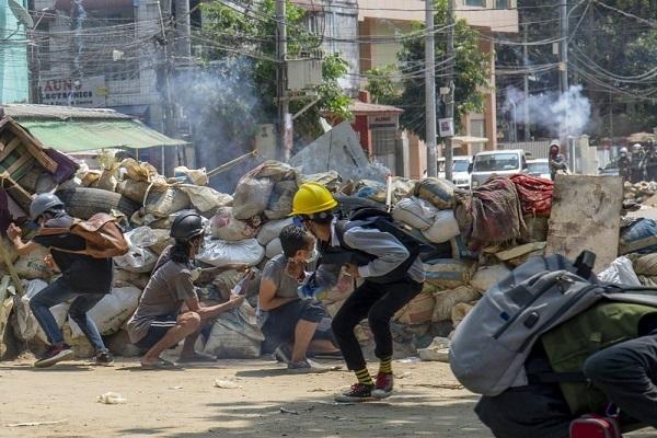 Hàng nghìn dân Myanmar rời bỏ khu công nghiệp Yangon đi lánh nạn