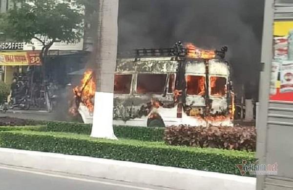 Ô tô bốc cháy ngùn ngụt giữa trung tâm Đà Nẵng