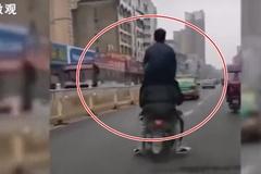 Cho bạn ngồi lên vai, 4 nam sinh đi xe máy như diễn xiếc giữa đường