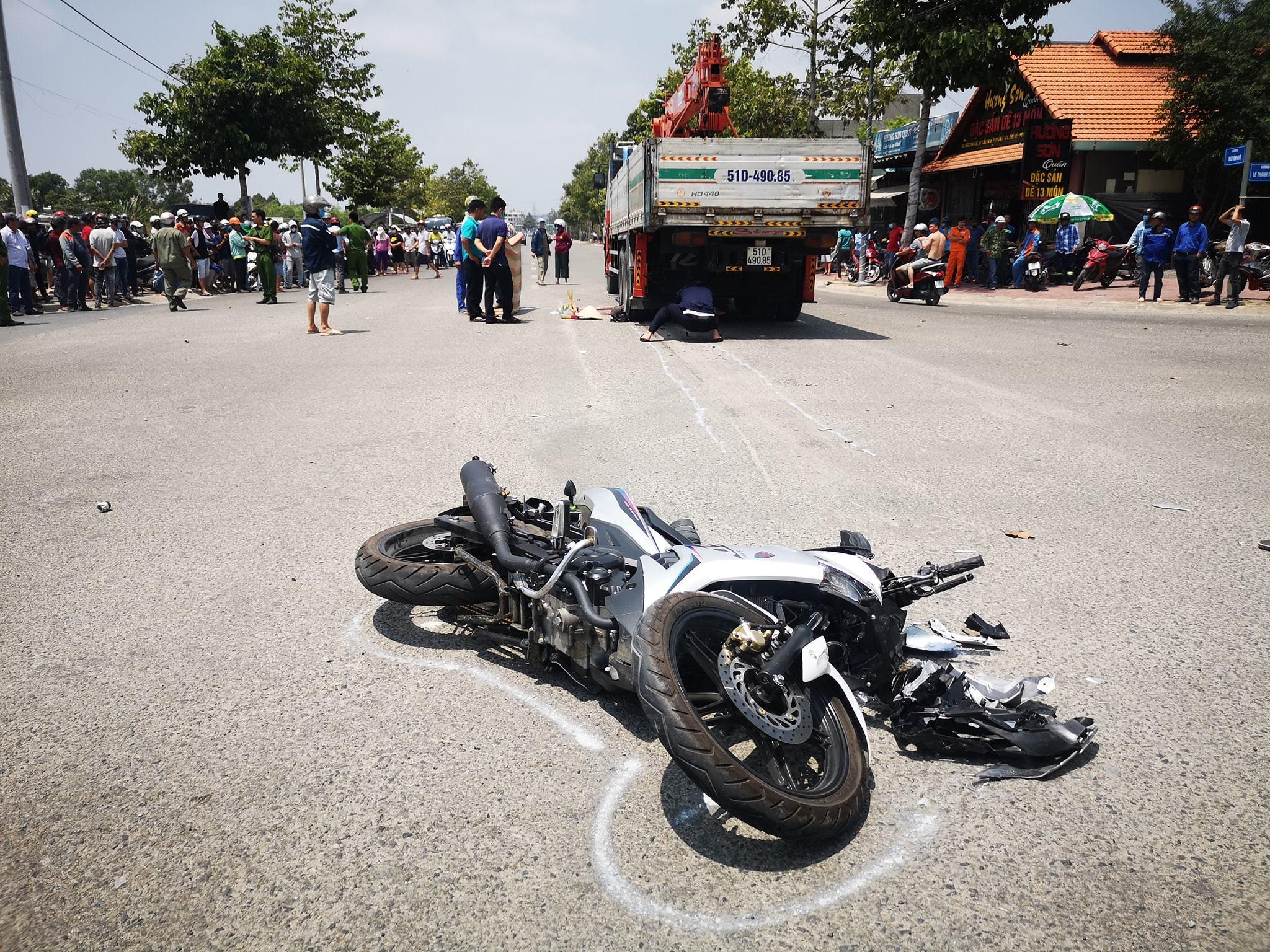 Va chạm với xe tải tại ngã tư, nam thanh niên tử vong dưới bánh xe