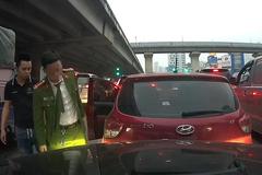 Nam tài xế công an lên tiếng về hành động để xe trôi lùi vào xe sau rồi bỏ đi