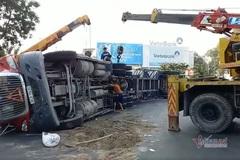 Xe container lật giữa vòng xoay trung tâm Sài Gòn, giao thông ùn tắc
