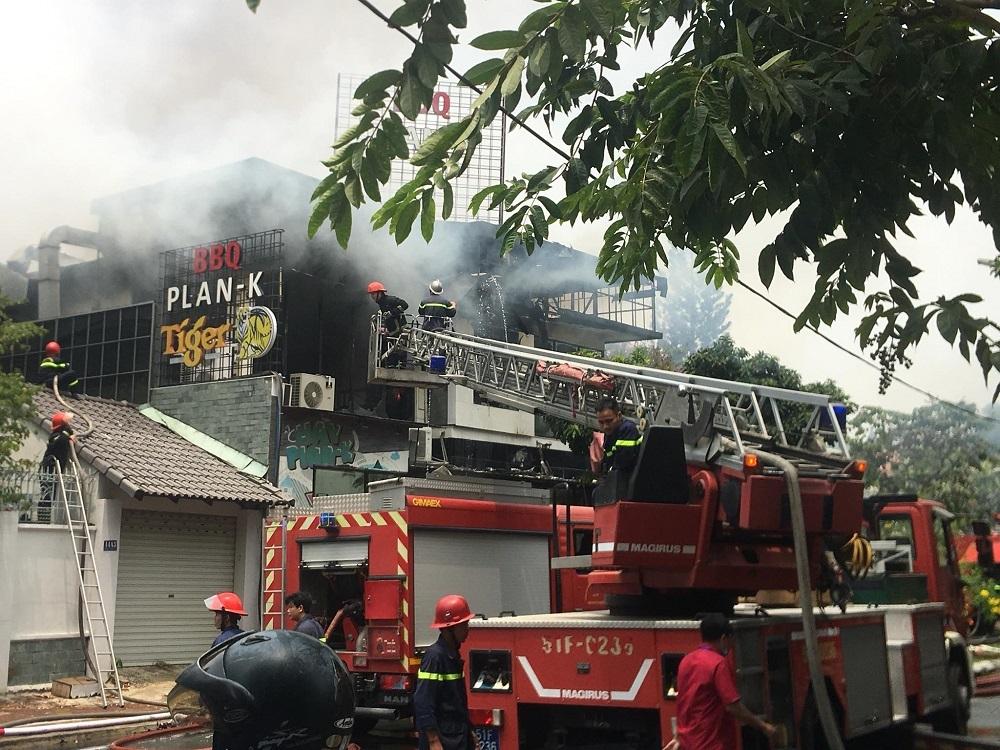Cháy dữ dội quán ăn BBQ ở khu nhà giàu Thảo Điền sau tiếng nổ rất lớn