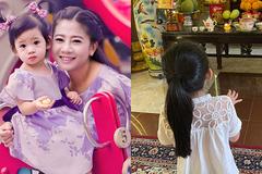 Trương Bảo Như đưa bé Lavie đến thắp hương cố diễn viên Mai Phương