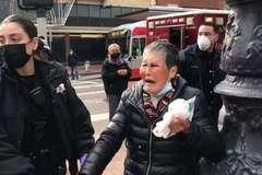 Video côn đồ nhận cái kết không ngờ khi tấn công cụ bà gốc Á