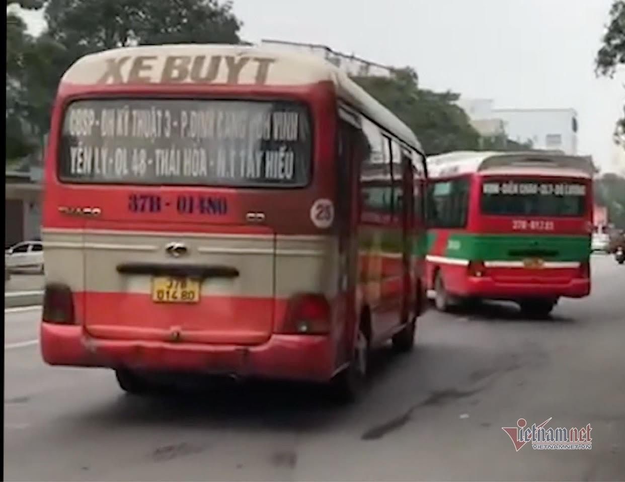 Hãi hùng cảnh xe buýt rượt đuổi, chặn đầu nhau trong TP Vinh