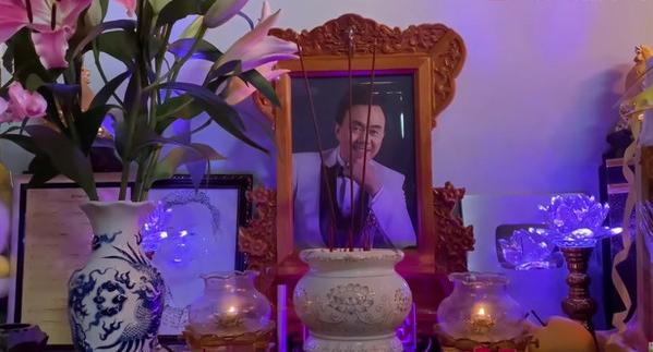 Nghệ sĩ Phi Phụng khóc, xin lỗi khi thắp hương cho danh hài Chí Tài