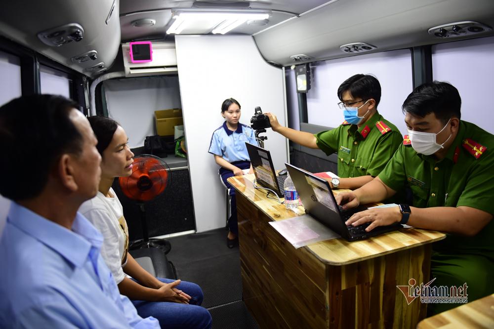 Hình ảnh công an làm căn cước công dân trong xe lưu động ở TP.HCM