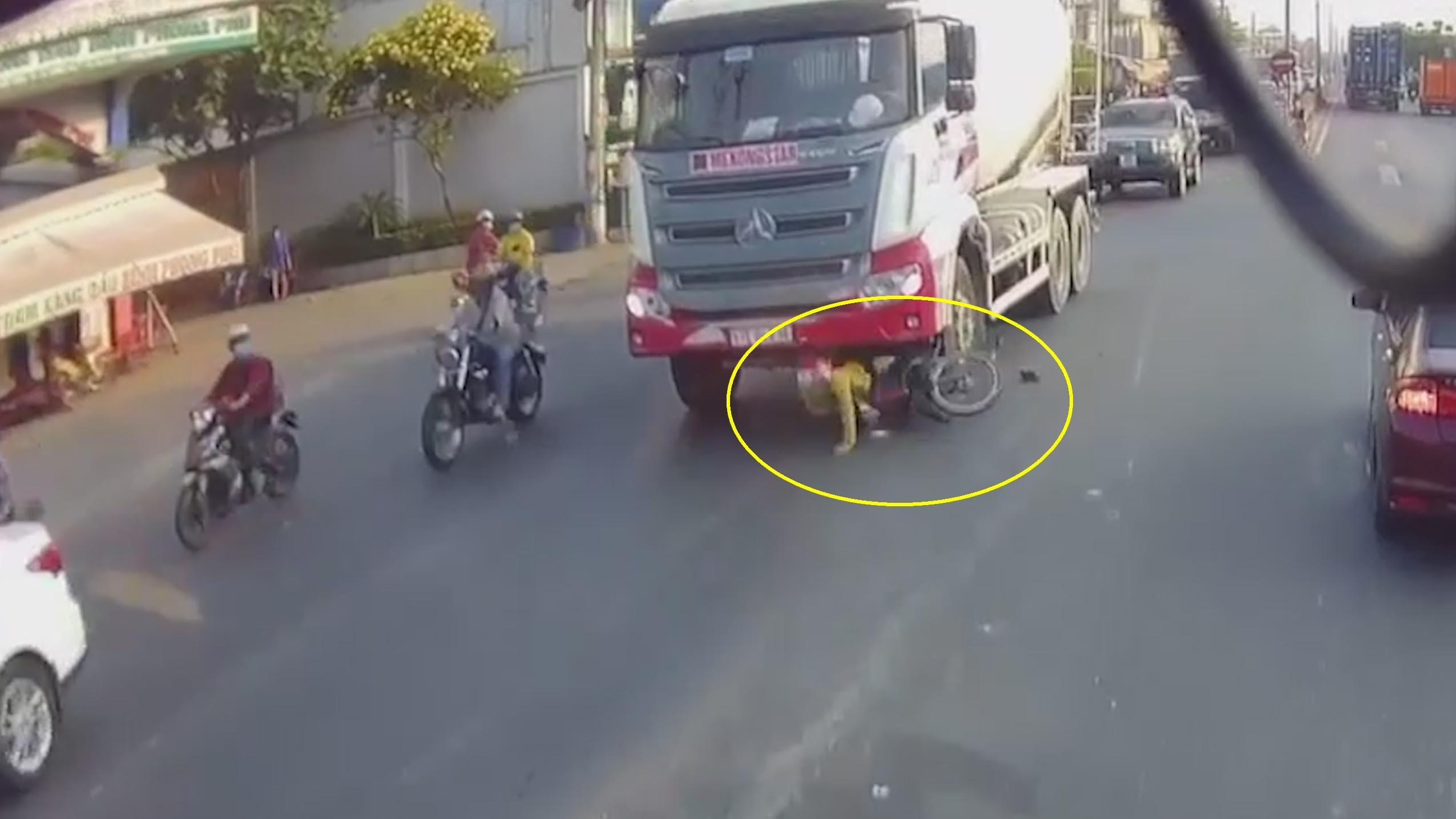 Chạy cắt mặt xe bồn, người phụ nữ bị cuốn vào gầm