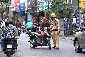 'Quên' mũ bảo hiểm khi đi đường và những pha cuống cuồng đối phó
