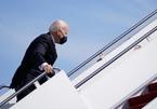 Video ông Biden liên tục vấp ngã trên bậc thang chuyên cơ