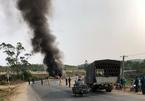 Xe đầu kéo cháy rụi sau khi tông, kéo lê xe máy làm 2 người thương vong