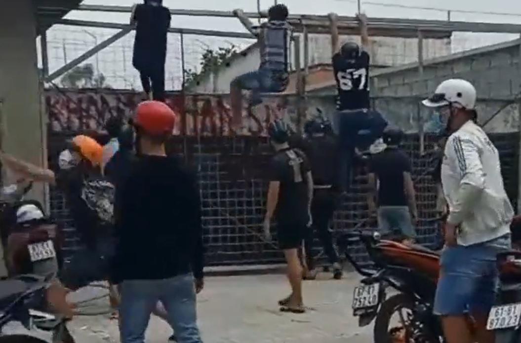 Xây công trình thể thao cho cầu thủ, nhóm công nhân bị côn đồ hành hung