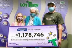 Người đàn ông giật mình vì suýt mất chiếc vé số hơn 1 triệu USD