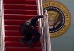Báo Mỹ bị tố thiên vị khi đưa tin ông Trump đi chậm, ông Biden vấp ngã