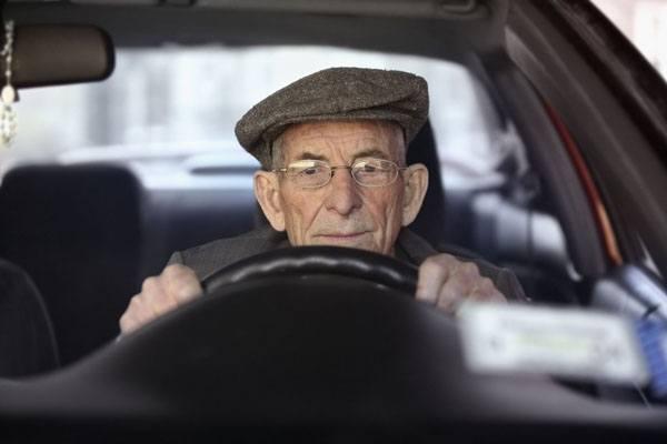 Các nước quản lý người già lái xe ra sao?