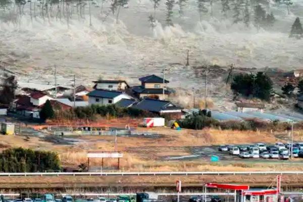 Sóng thần ập vào bờ biển Nhật sau động đất 7,2 độ