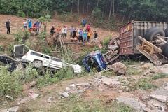 Một người tử vong trong vụ xe container đâm loạt ô tô rơi xuống vực