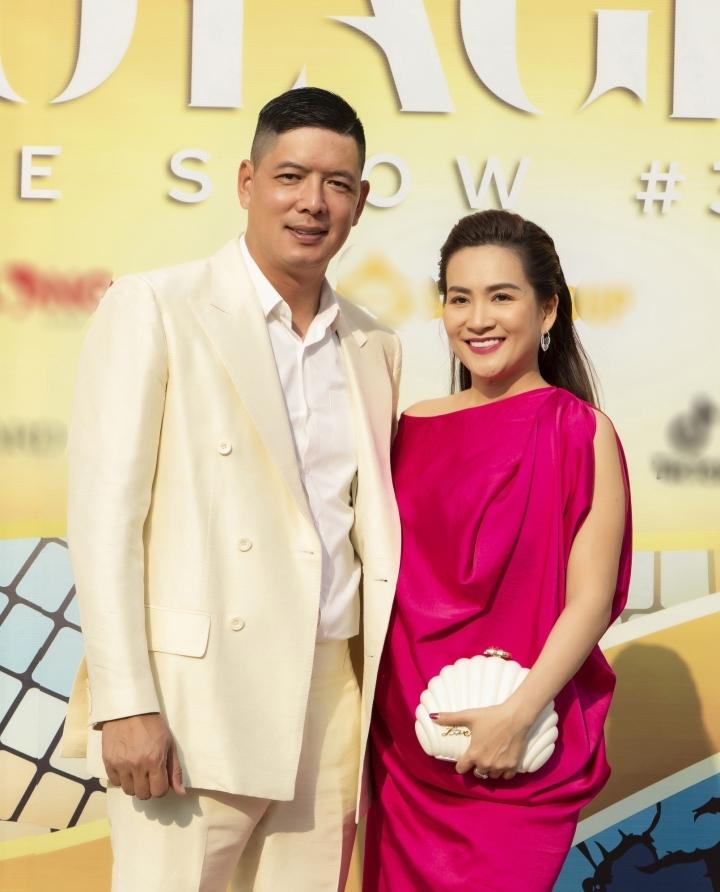 Trương Ngọc Ánh, Hồng Nhung cùng bạn trai tình tứ xem thời trang