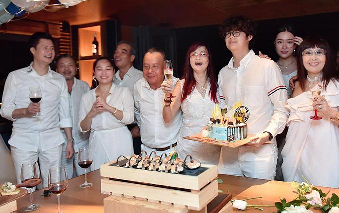 MC Thảo Vân tươi tắn bên con trai 16 tuổi cao 1m70