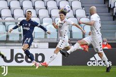 """Ronaldo vô duyên, Juventus thua đau vì """"gà nhà"""""""