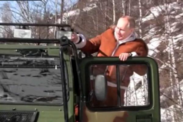 Putin đích thân lái xe chở Bộ trưởng Quốc phòng Nga ở Siberia