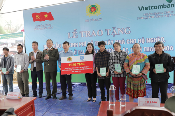 Trao 600 sổ BHXH cho người dân nghèo huyện Mường Lát