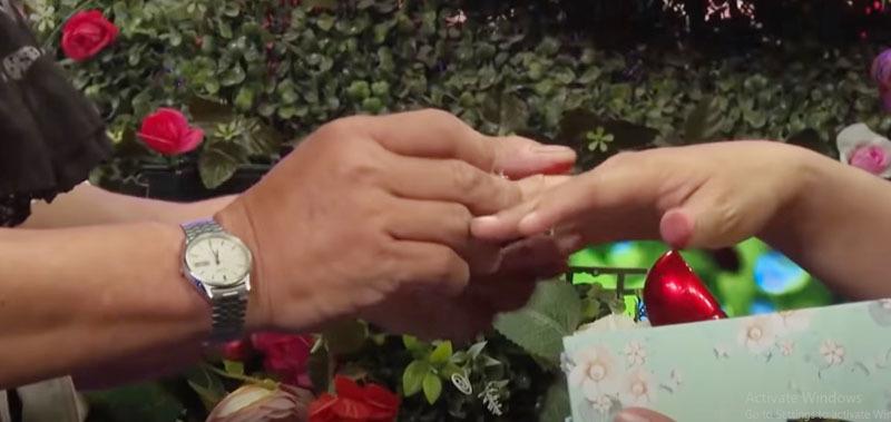 U60 giàu có tặng nhẫn vàng cho bạn gái ngay khi vừa gặp