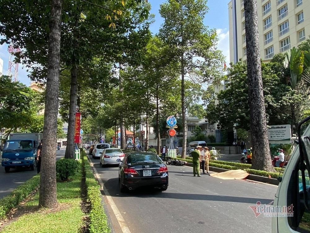 Chạy xe máy trong làn ô tô, người nước ngoài tử vong ở Sài Gòn