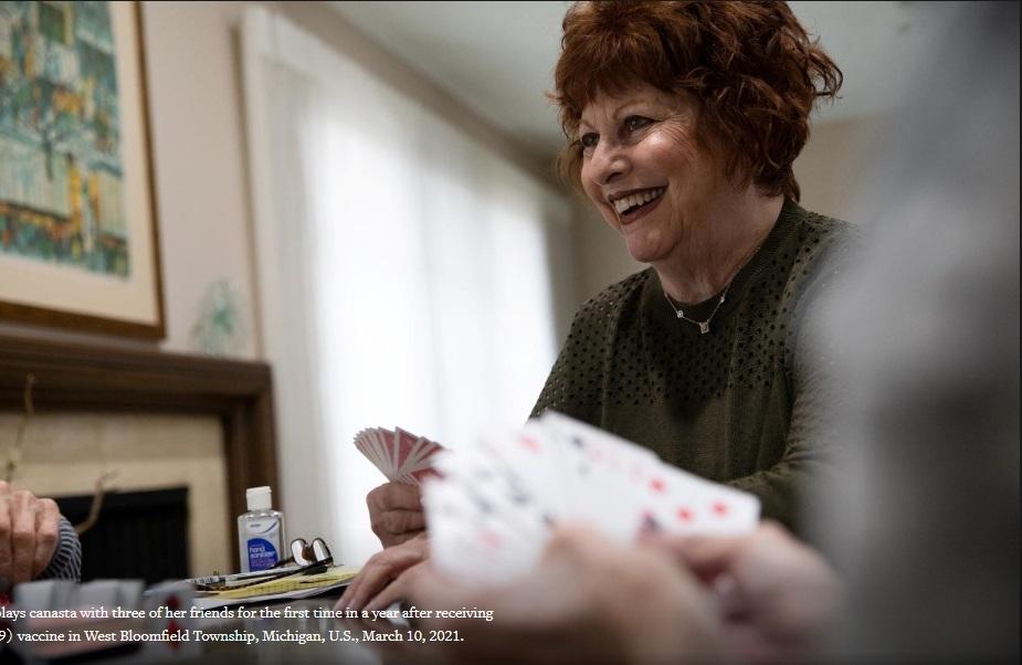 Tiêm vắc-xin Covid-19 xong, người già Mỹ bắt đầu 'ăn chơi' trong thận trọng