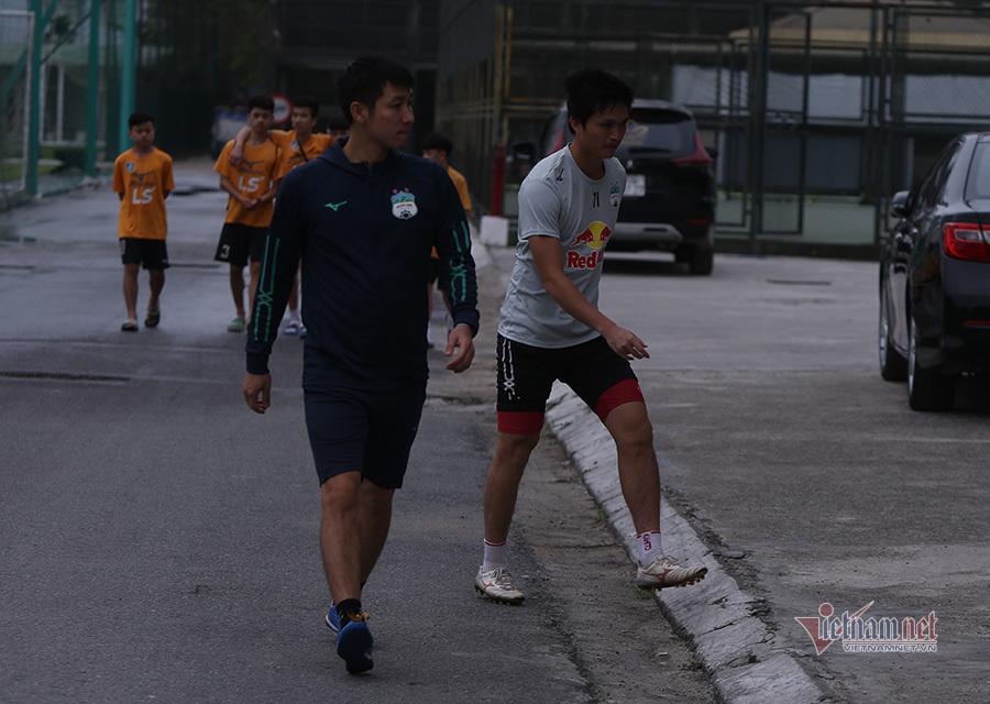 Tuấn Anh bỏ dở buổi tập, HLV Kiatisuk có hành động bất ngờ