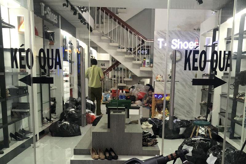 Phá nhiều ổ hàng hiệu giả, từ Zara tới Gucci nhãn gì cũng có