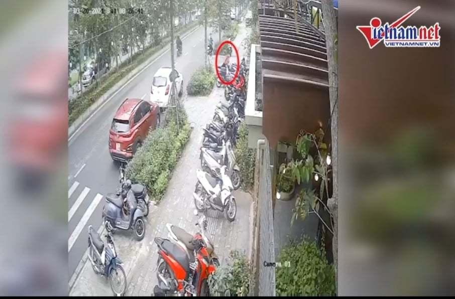 Clip: Hai tên trộm mở khóa đánh cắp xe SH giữa ban ngày ở Hà Nội